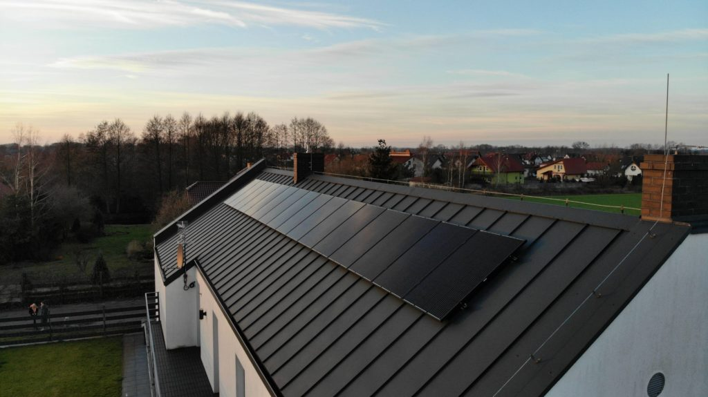 czarne panele na dachu